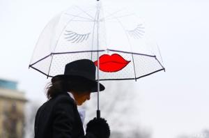 street-style-NYFW-umbrella